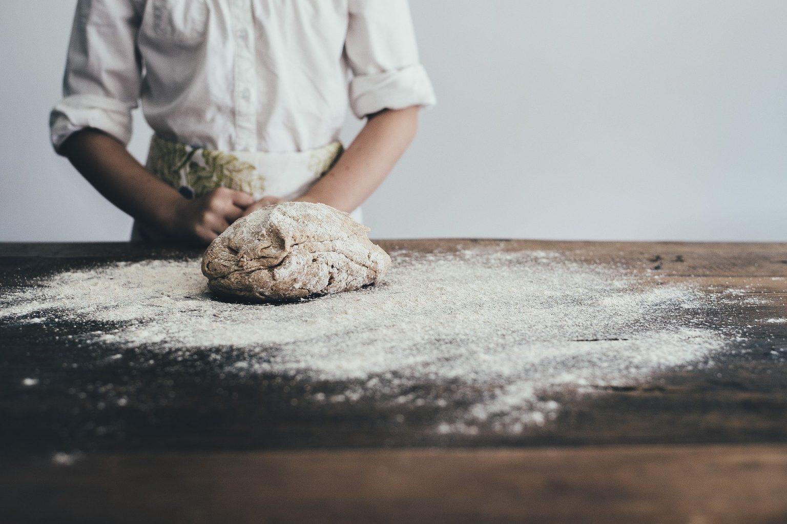 Bäcker beim Backen von Brot